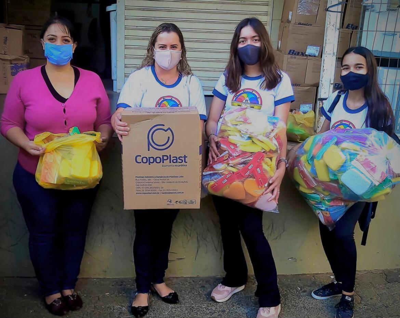 Garotas Arco-íris fazem doação para Santa Casa