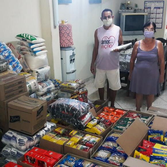 Casal doa mais de 700 quilos de alimentos para Santa Casa