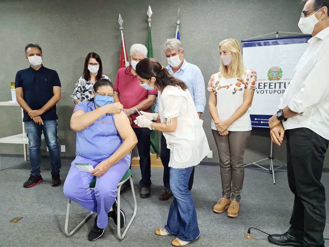 COVID-19: Colaboradora da Santa Casa é 1ª imunizada em Votuporanga