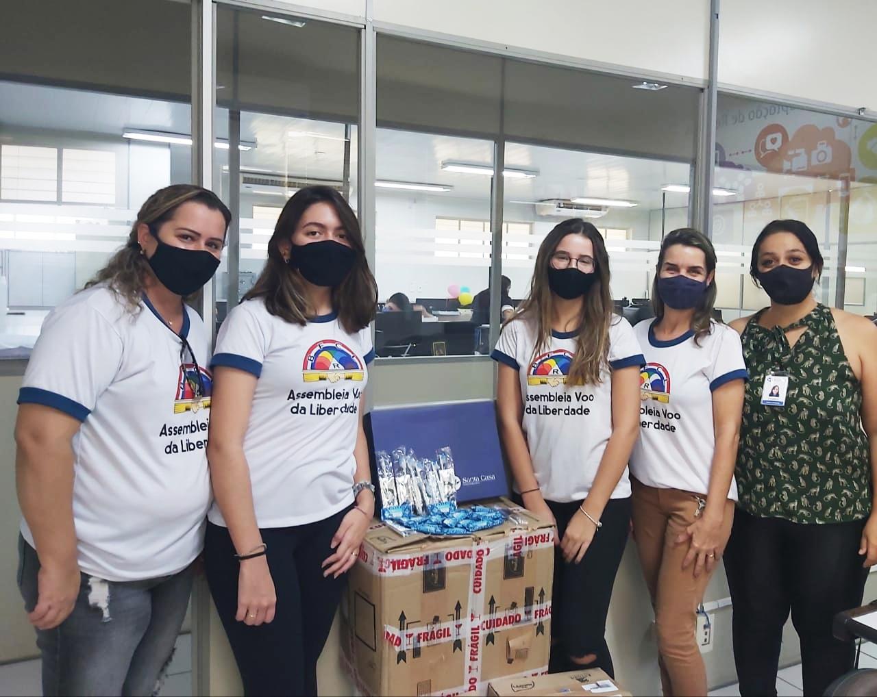 Garotas Arco-íris e Demolays fazem doação para Santa Casa