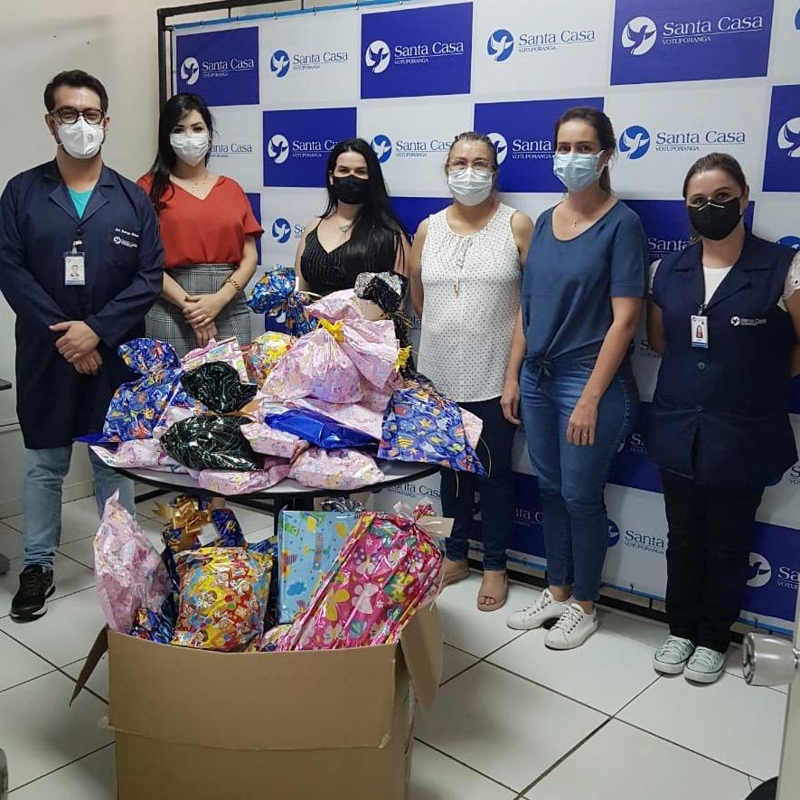 Regional do Santander entrega 100 brinquedos para Santa Casa