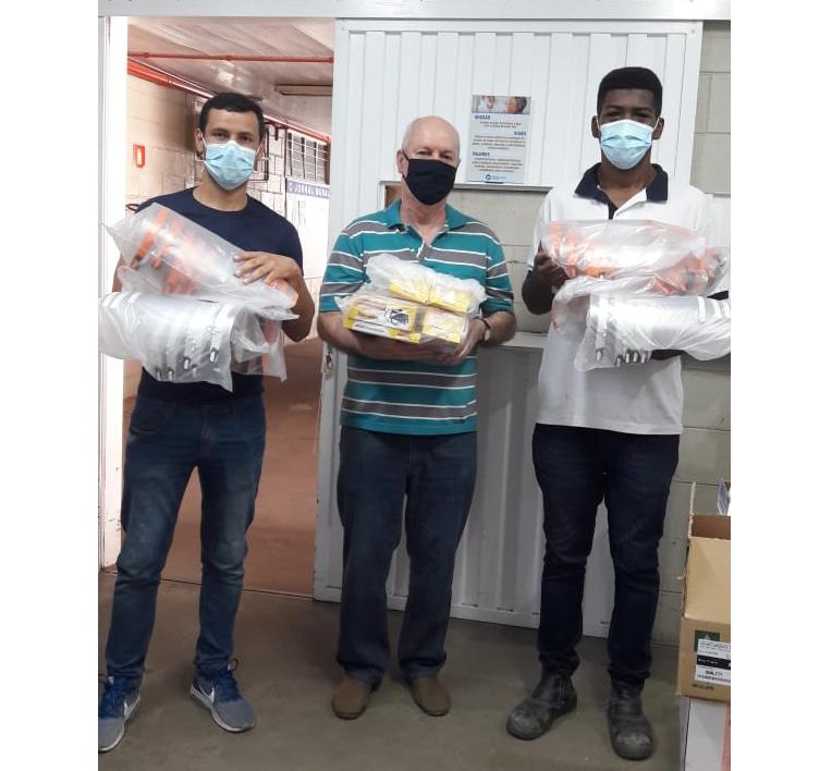 Microempreendedor doa 60 protetores faciais e cinco medidores de pressão